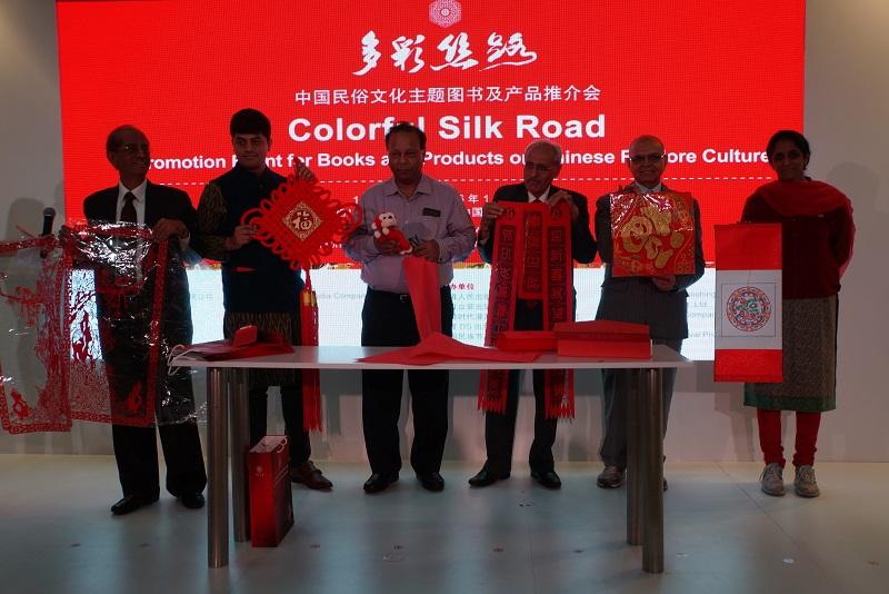 印度获奖观众展示中国春节系列文化礼品
