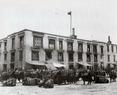 1945年8月15日,日寇投降,抗战胜利。民国政府蒙藏委员会驻藏办事处在吉督巴楼顶商升起国旗及万国小纸旗以示庆祝。