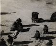 传大昭寺铁棒喇嘛的代理人在鞭打犯错误的农奴。