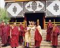 正在欢迎来宾的僧侣
