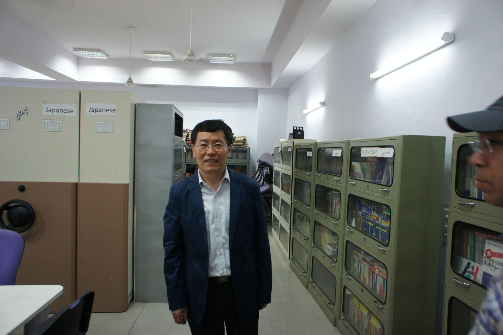 尹虎彬副所长在参观尼赫鲁大学东亚研究中心图书馆