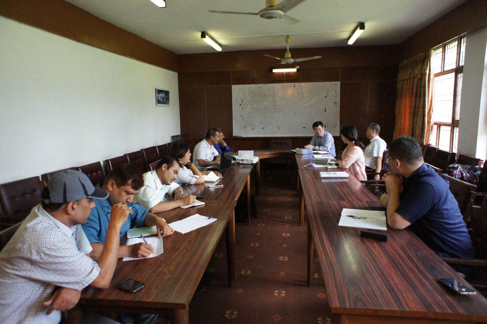 代表团在尼泊尔特里布万大学尼泊尔和亚洲研究中心
