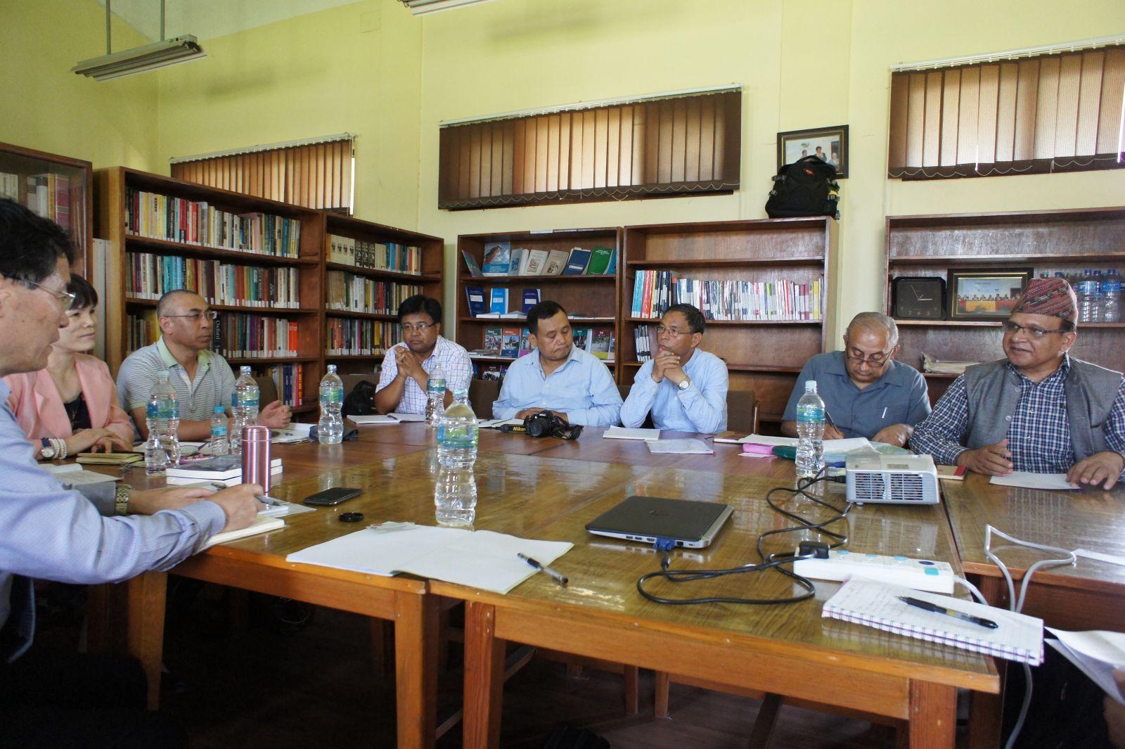 访问团成员与特里布万大学人类学学院学者交流
