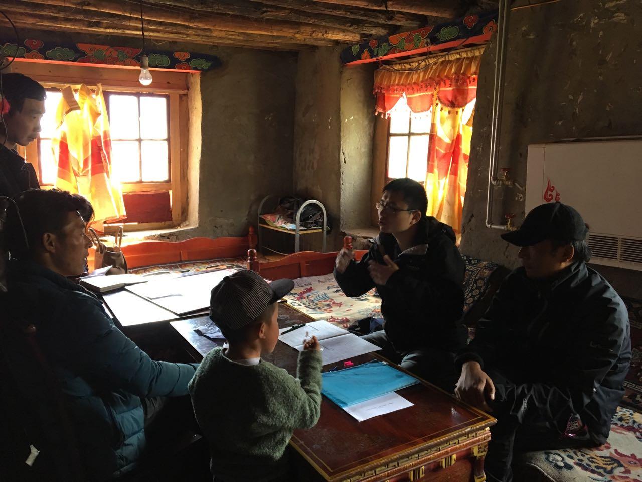 中国社科院研究生院毕林在藏民家做问卷调查
