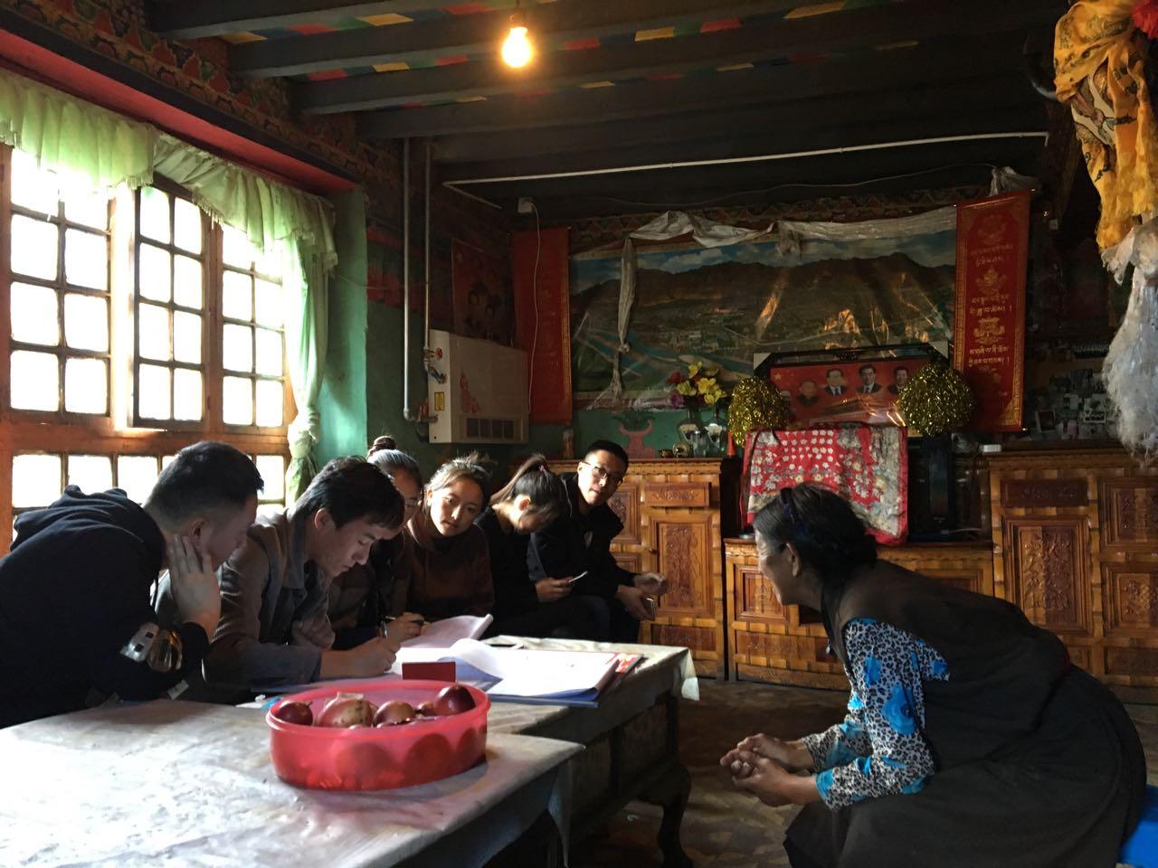 调研组成员洛桑平措、张帅等在藏民家访谈