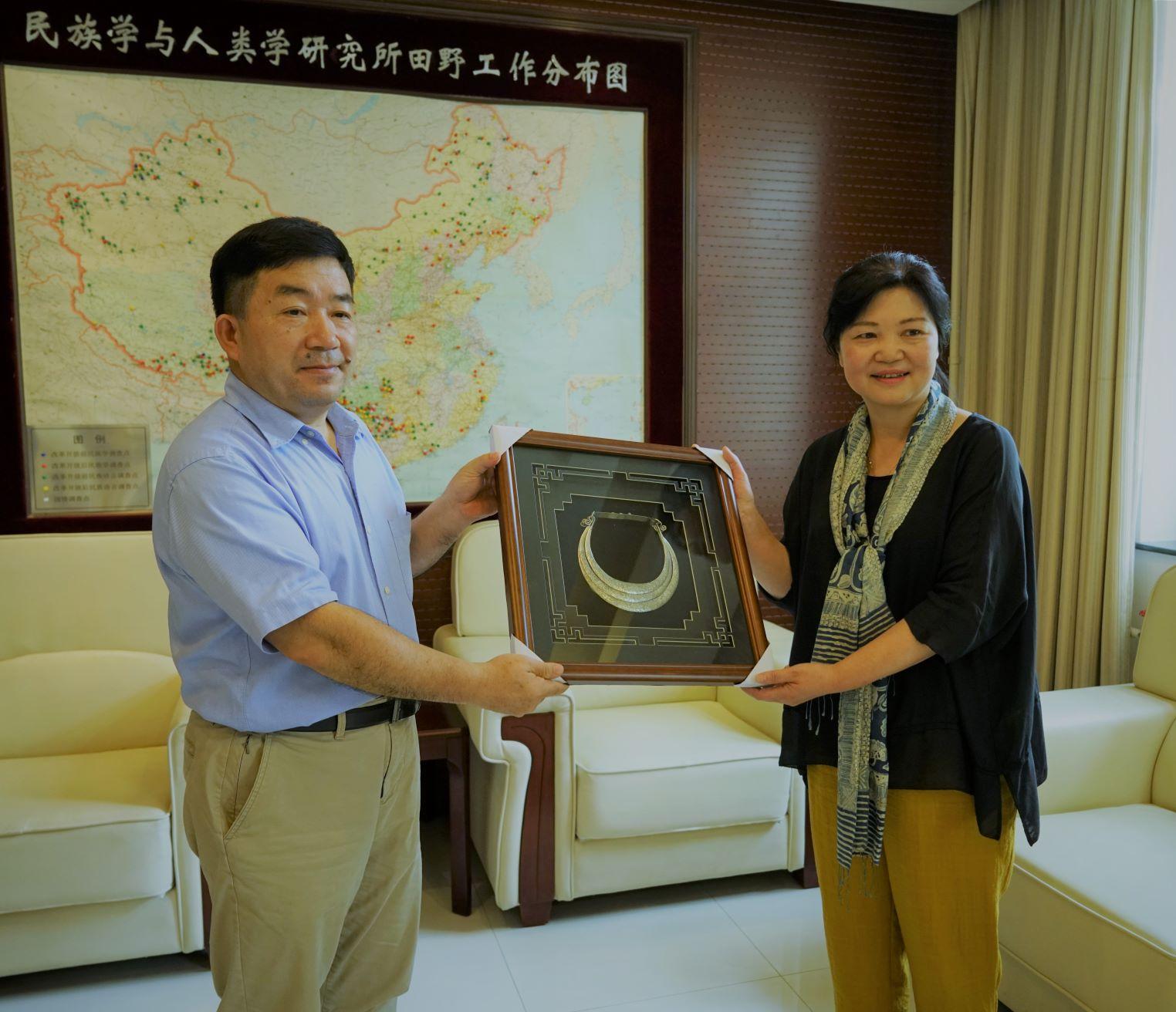 黄晓所长代表贵州省社会科学院赠送了礼物,庆祝我所成立60周年